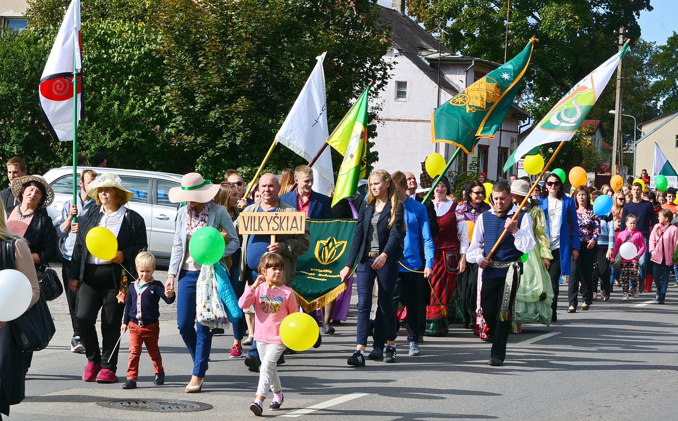 Eisenoje plaikstėsi bendruomenių vėliavos, 2016-ieji – Bendruomenių metai.