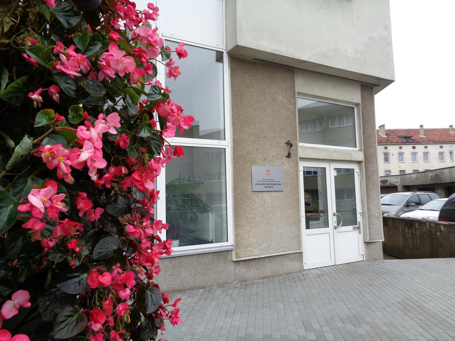 Savivaldybė pasirūpino teritorija prie Civilinės metrikacijos skyriaus: įrengta erdvi automobilių stovėjimo aikštelė, trinkelėmis išgrįstas kiemas, aplinką tebepuošia gėlių kupolai.
