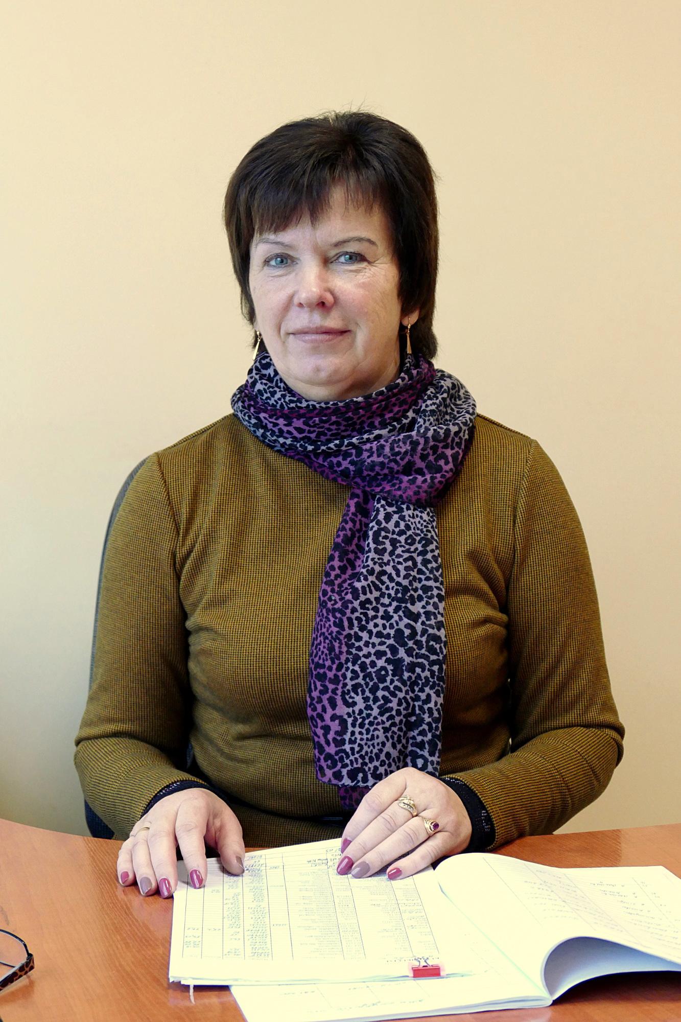 """30 metų UAB """"Šilutės komunalininko"""" meistre dirbanti Danutė Meškienė sakė, kad įsigyti naujos technikos skatina ir darbo rankų stygius."""