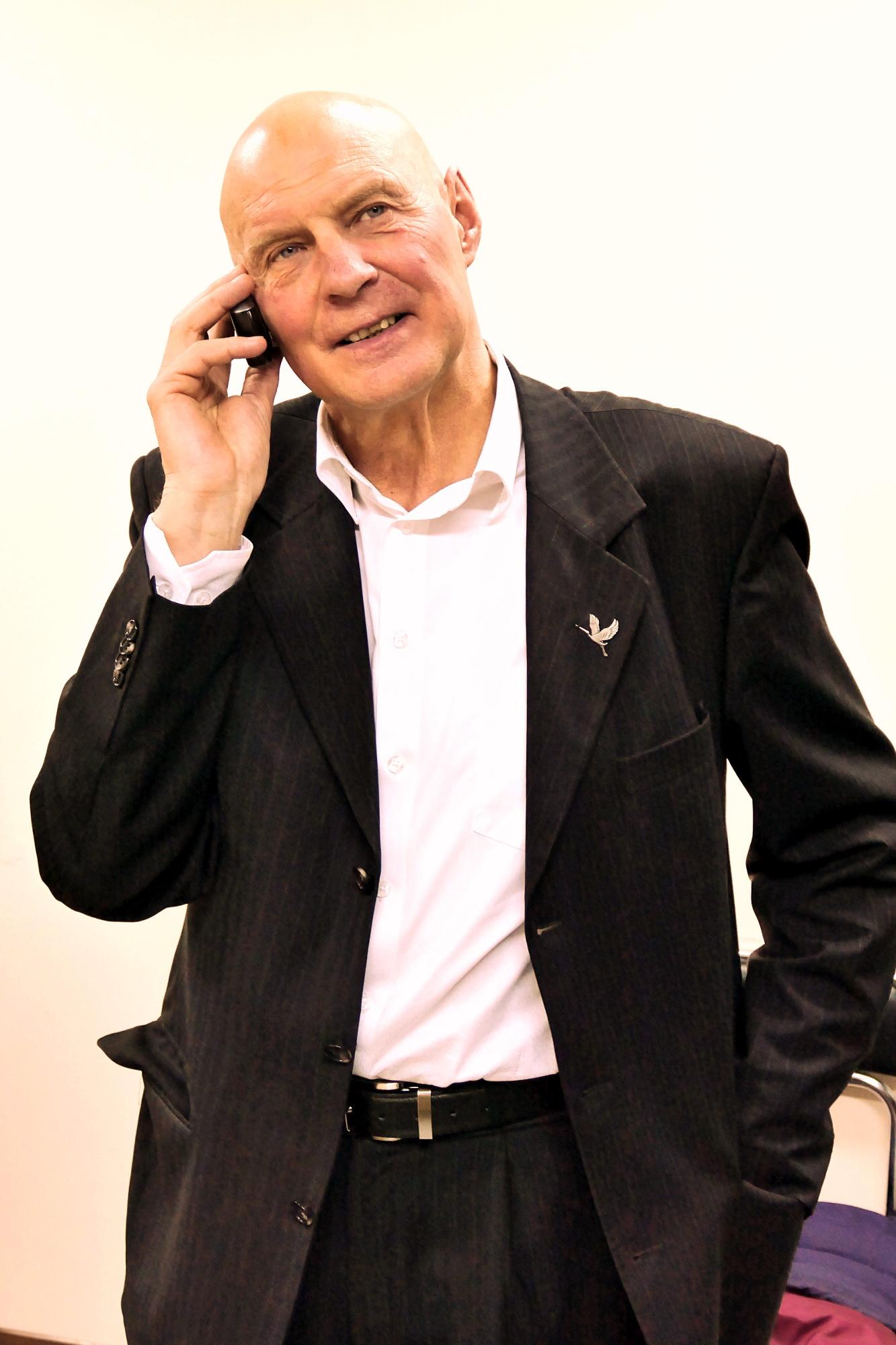 Seimo nario mandatą antrame rinkimų ture laimėjęs Alfredas Stasys Nausėda vos spėjo atsakinėti į sveikintojų skambučius.