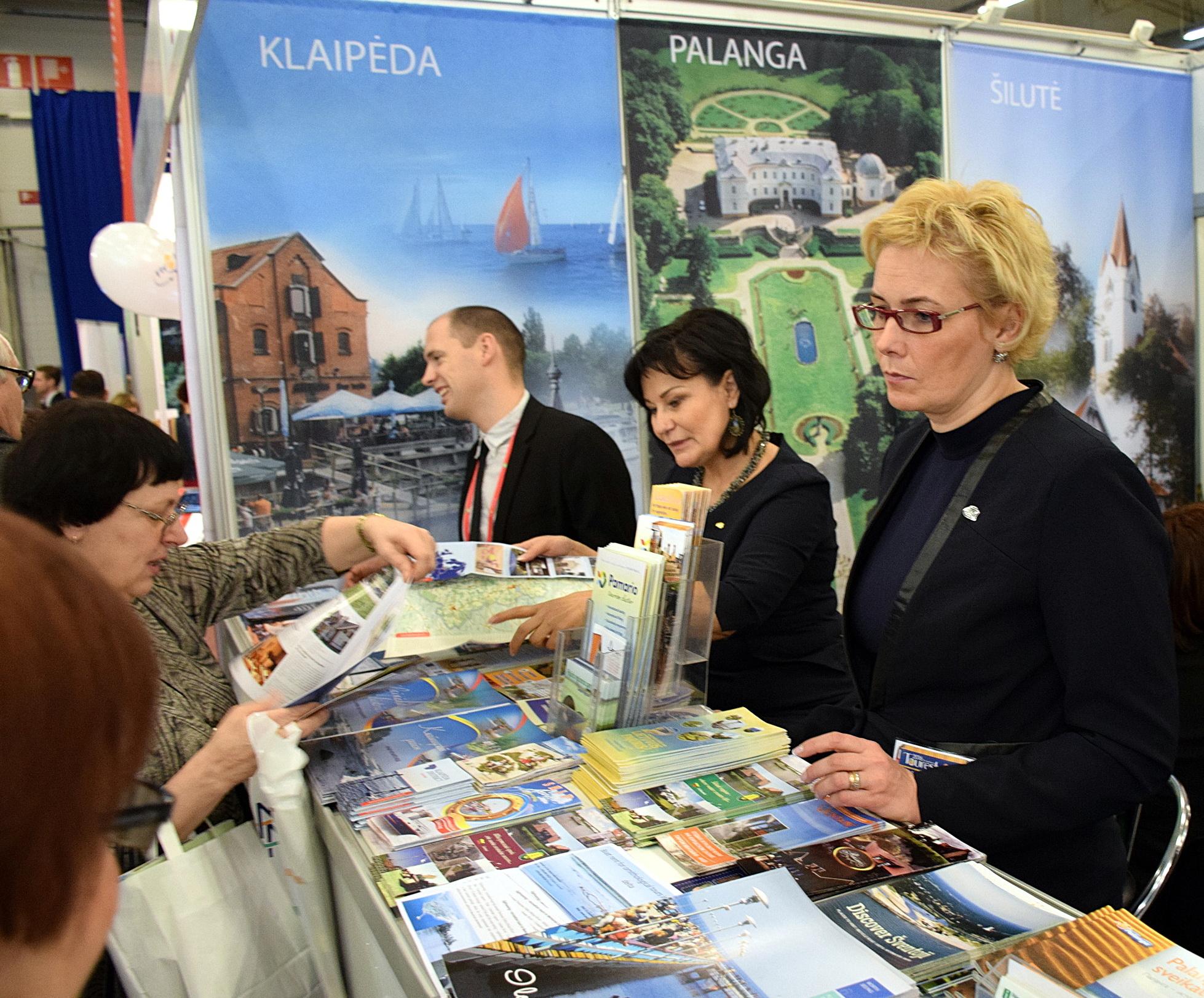 Šiemet VšĮ Šilutės turizmo informacijos centras dalyvavo 15-oje tarptautinių parodų. Nuotraukoje (dešinėje) Šilutės turizmo ir informacijos centro vadovė Rasa Kmitienė prie Vakarų Lietuvos stendo Prahoje vykusioje tarptautinėje parodoje.