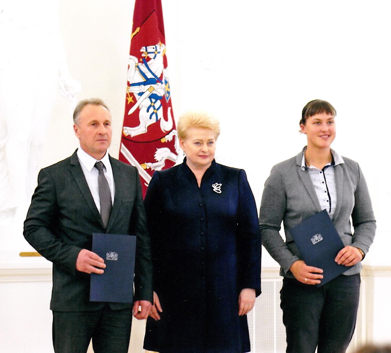 Nenugalimoji rankų lenkėja Eglė Vaitkutė ir jos treneris Aleksandras Pancerovas  su Lietuvos Respublikos Prezidente Dalia Grybauskaite.