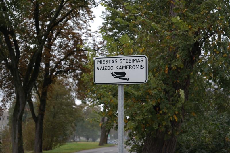 Apie įrengtas miesto stebėjimo kameras informuoja kelio ženklai.