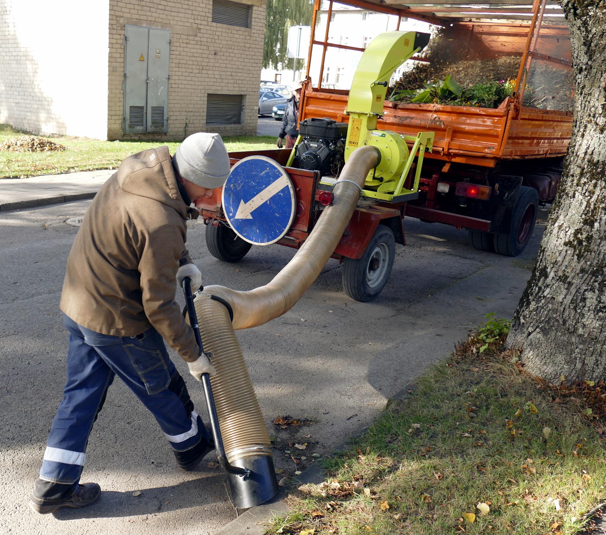 """UAB """"Šilutės komunalininkas"""" įsigytas naujas itališkas 20 arklio galių siurblys sėkmingai surenka lapus, šiukšles, šakeles ir viską susmulkinęs išpurškia į sunkvežimio kėbulą."""