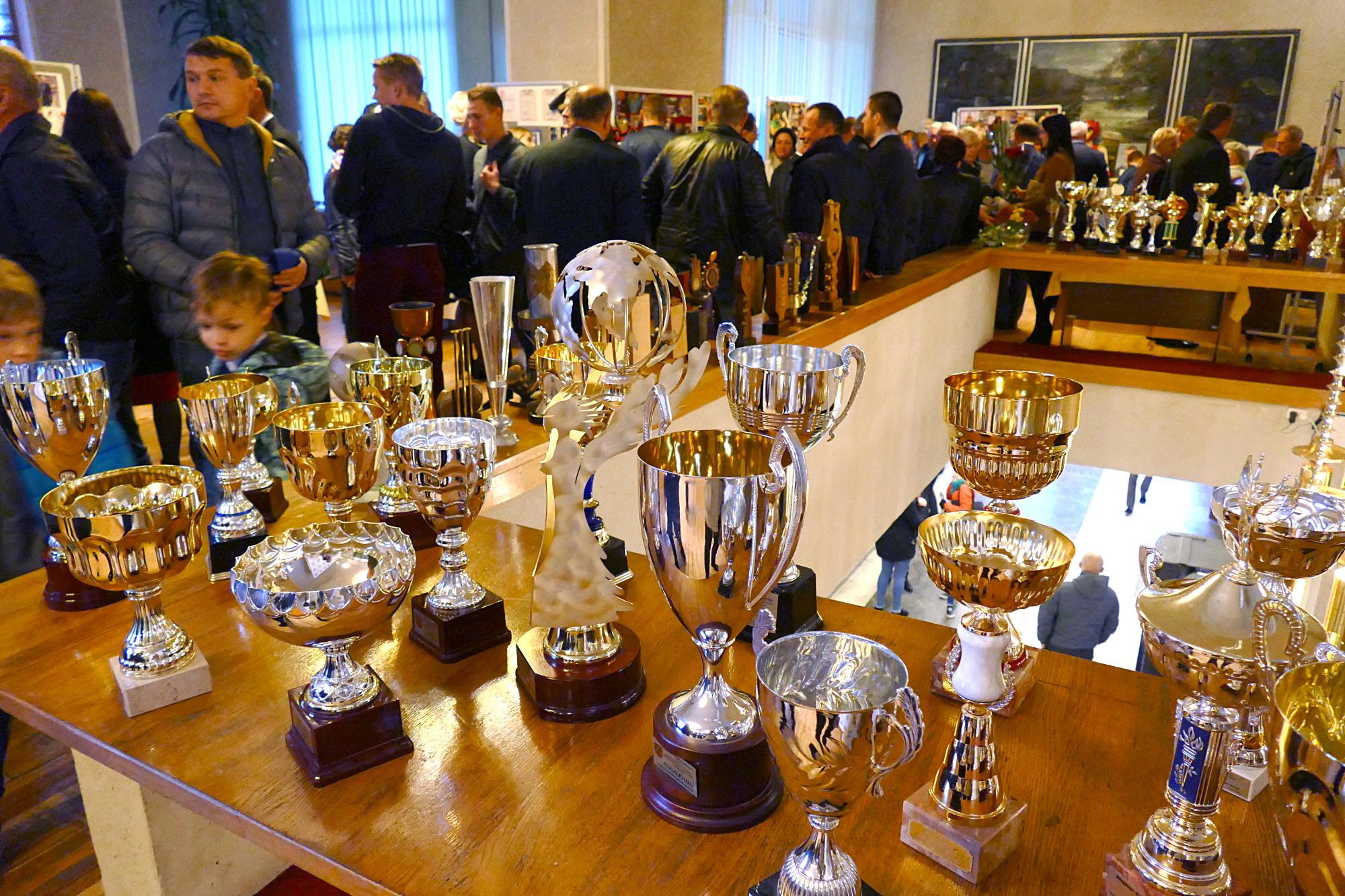 Kultūros ir pramogų centro fojė surengta paroda, pasakojanti apie Šilutės sporto mokyklos 60 metų istoriją ir laimėjimus. Vaidoto Vilko nuotr.