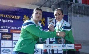 Kai oficialios kovos baigtos, galima ir papozuoti: Eglė Vaitkutė (kairėje) ir buvusi mūsų rajono sportininkė, šyliškė Inga Parnarauskaitė-Rimkuvienė, dabar gyvenanti Gargžduose.