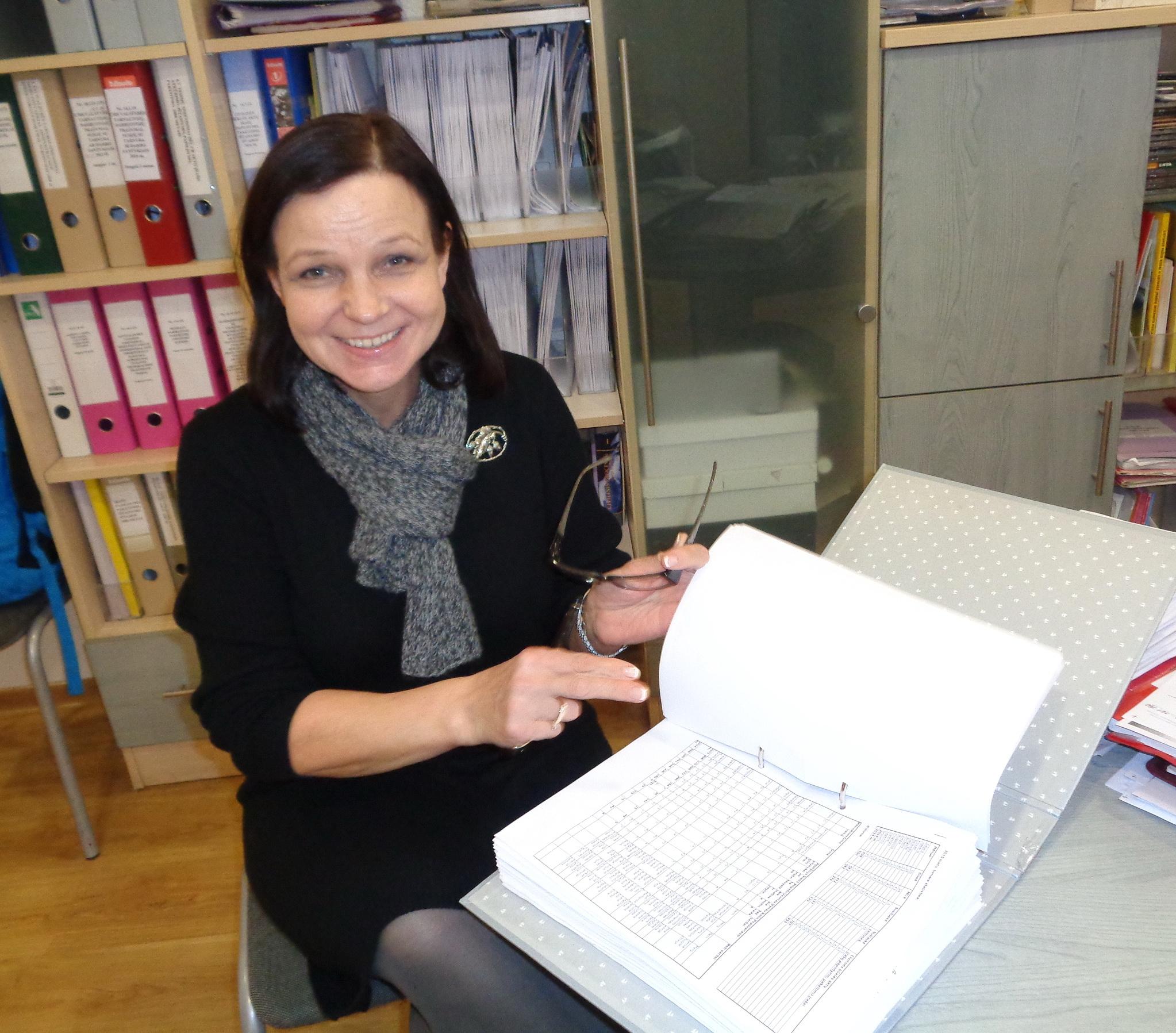 Civilinės metrikacijos skyriaus vedėja Lilija Valaitienė teigia, kad emigracija keičia skyriaus veiklą, o naujas įstatymas atveria duris elektroniniams dokumentams. Stasės Skutulienės nuotr.