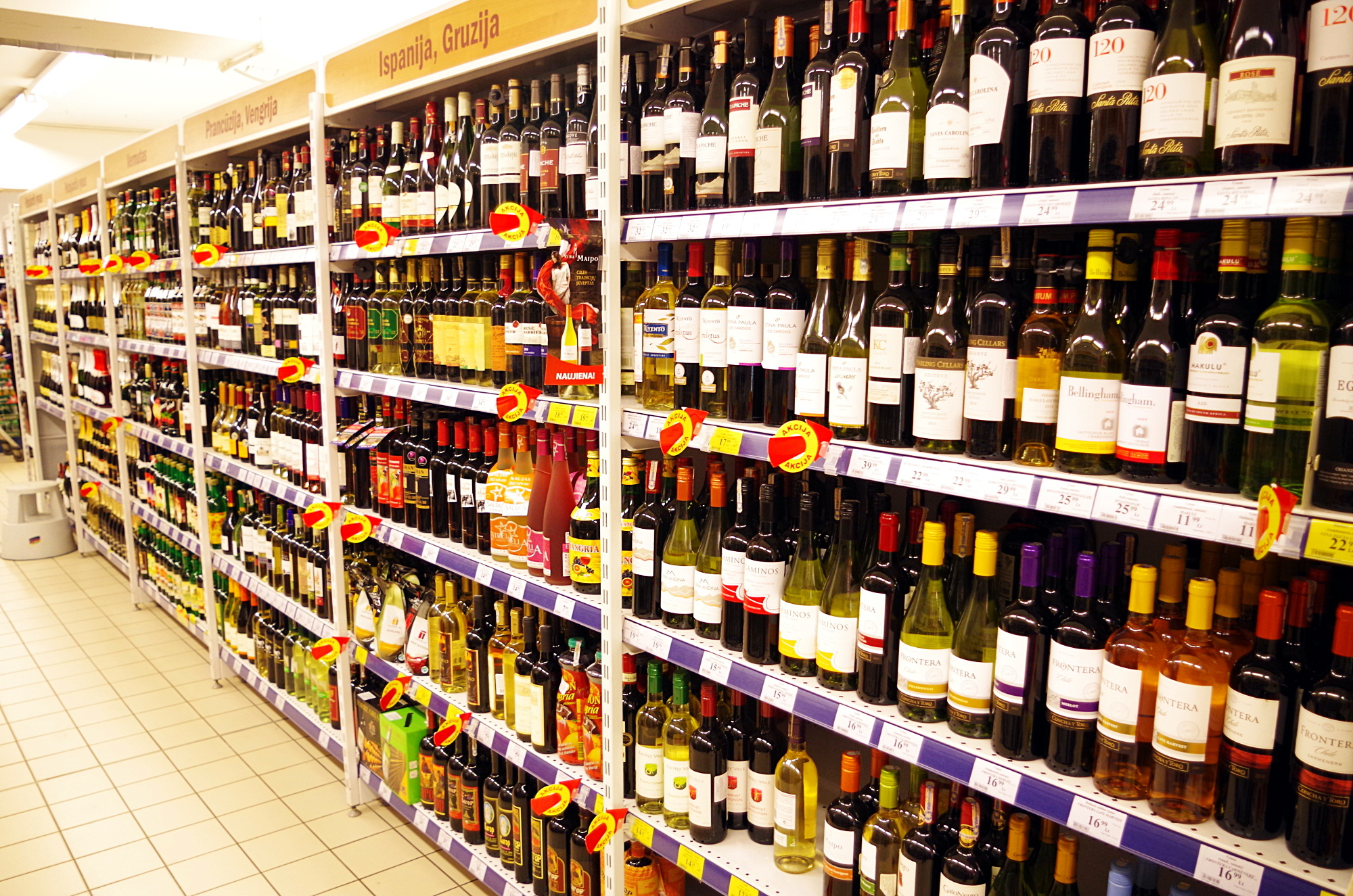 Nuo lapkričio 1 d. etikečių, rodančių kainų mažėjimą, alkoholio skyriuose nebeliks. Vaidoto Vilko nuotr.
