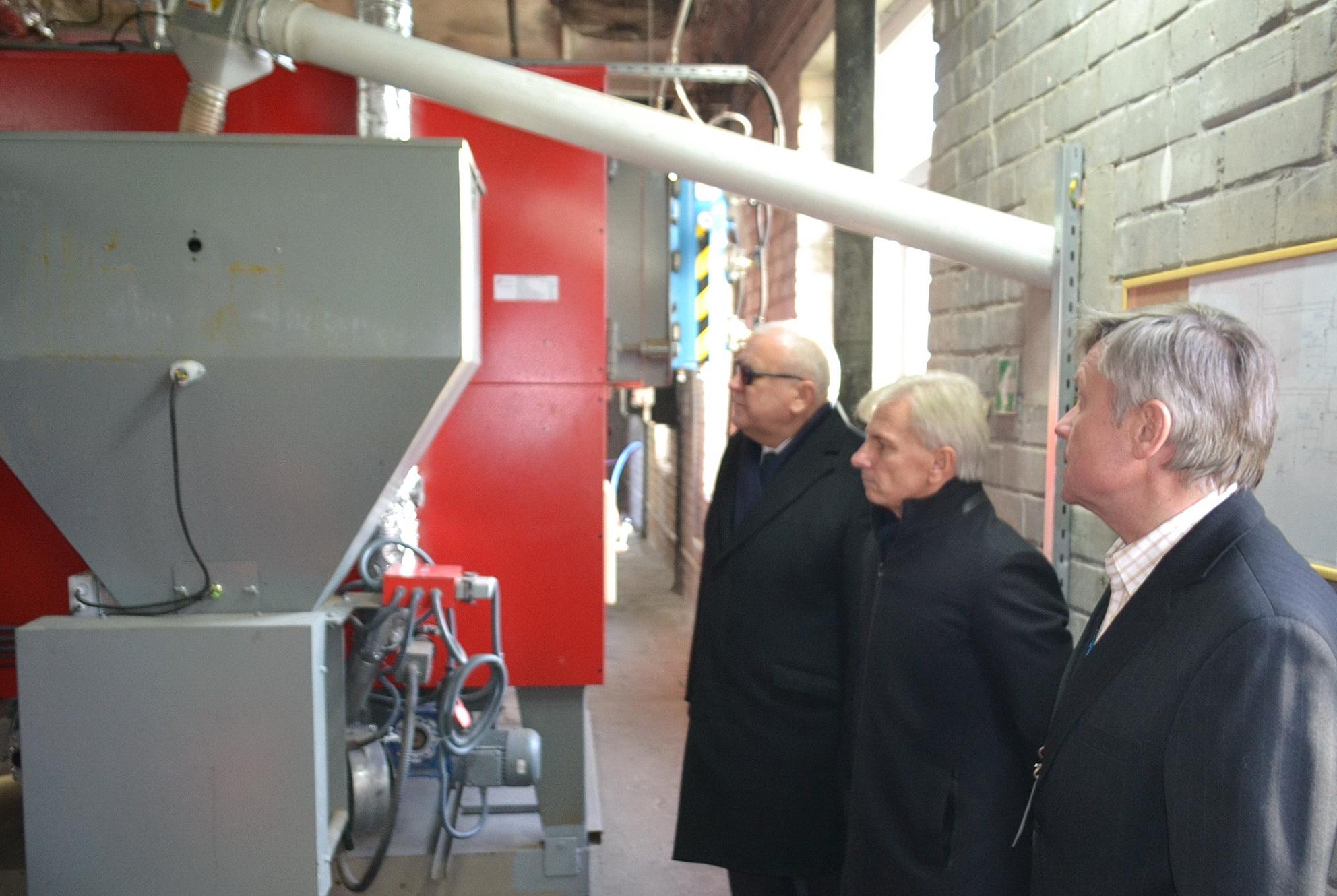 Katilinėje įrengti du nauji 500 kW galingumo katilai. Įrangą apžiūri Klaipėdos jūrininkų ligoninės direktorius dr. Jonas Sąlyga (kairėje), Švėkšnos seniūnas Alfonsas Šeputis. Petro Skutulo nuotr.