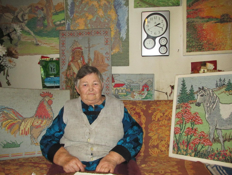 Stanislava Damulienė, gyvenanti Žemaitkiemio kaime, Saugų seniūnijoje. Laisvalaikio užsiėmimas – siuvinėjimas kryželiu.