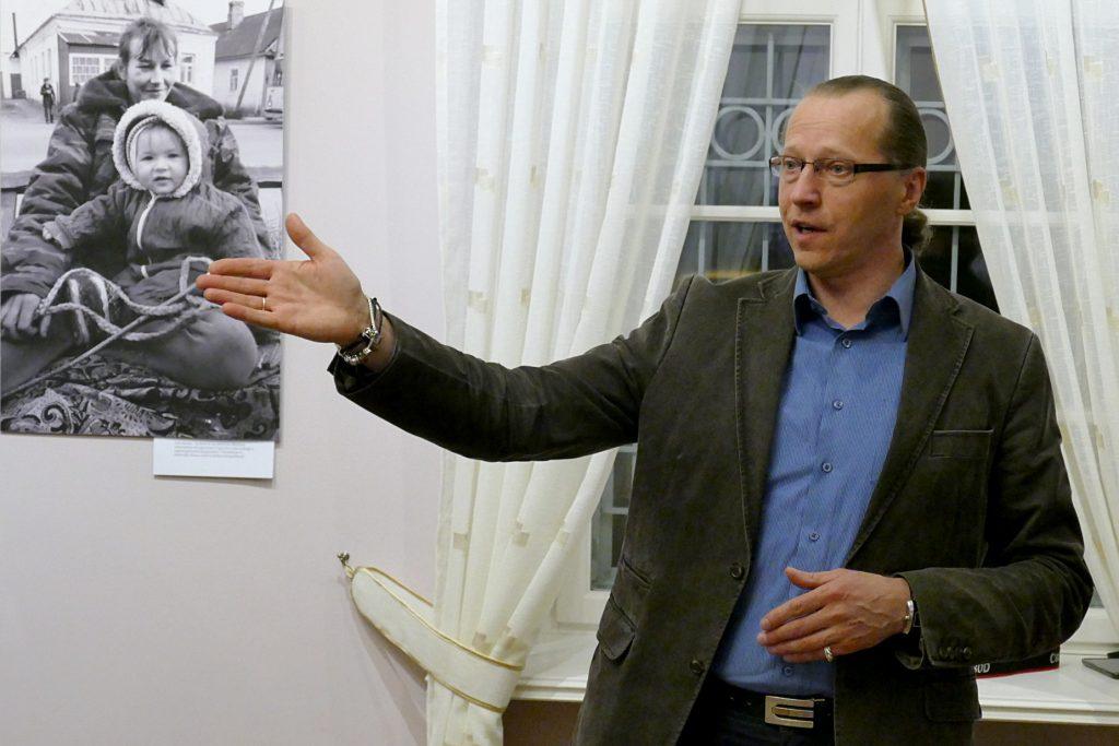 Šilutės Hugo Šojaus muziejuje atidarydamas fotografijų parodą Romualdas Vaitkus papasakojo kai kurių savo darbų istoriją.