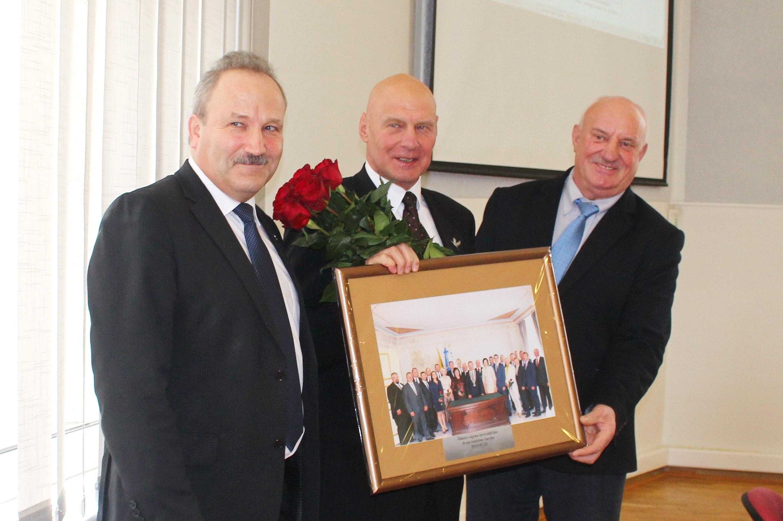 Į Seimą išrinktą Alfredą Stasį Nausėdą (centre) pasveikino ir apdovanojo Savivaldybės meras Vytautas Laurinaitis ir administracijos direktorius Sigitas Šeputis.