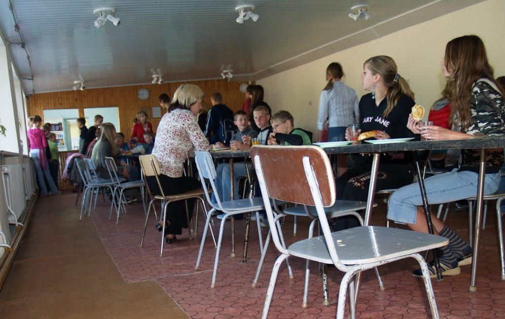Šilutės rajono mokyklose kasdien pietauja daug mokinių, vieni iš jų pietus perka už tėvų duotus pinigus, kiti pietauja nemokamai, tačiau pastarųjų mažėja, nes minimalios algos kėlimas šeimai papildomai atneša galbūt dvidešimt eurų, o tokios šeimos vaikas mokykloje gali netekti nemokamų pietų už gerokai didesnę pinigų sumą.