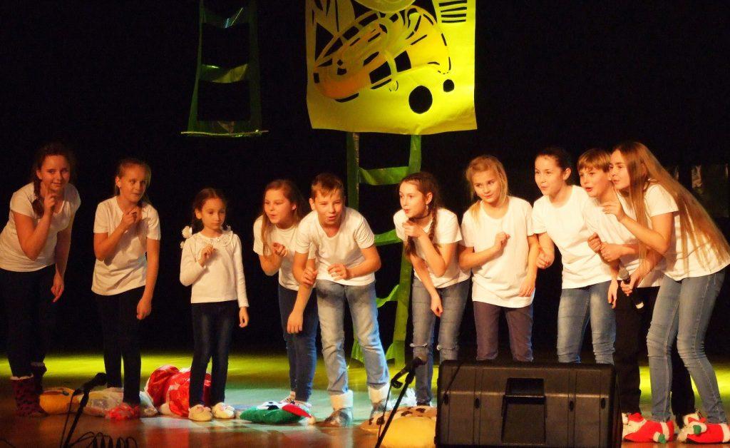 """Jauniausi mokyklos dainininkai """"pižamų vakarėlyje""""."""