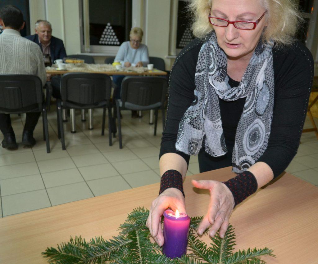 Diskusijų klubo narių iš šakelių sudėto Advento vainiko centre Birutė Servienė pastatė degančią žvakę.