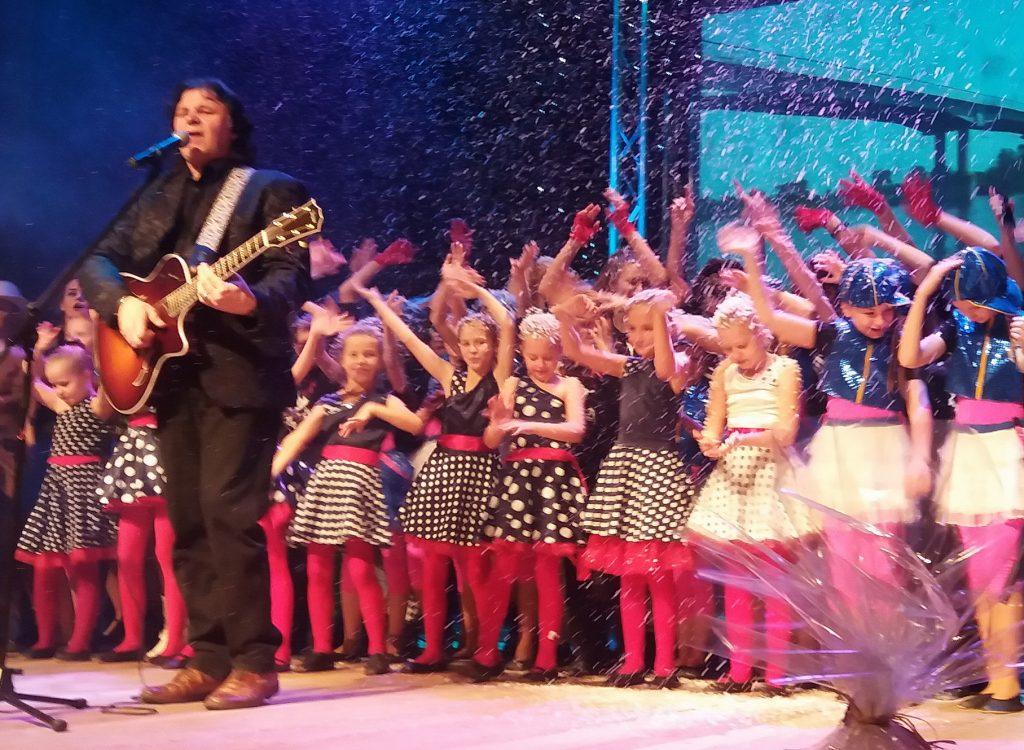 R. Dambrauskas pasirodymą užbaigė daina apie Naujuosius metus.