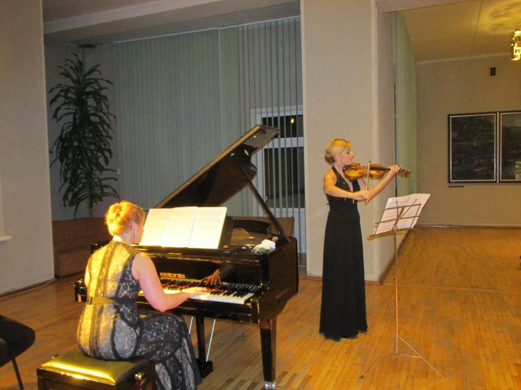 Pianistė Eglė Andrejevaitė ir smuikininkė Augusta Jusionytė.