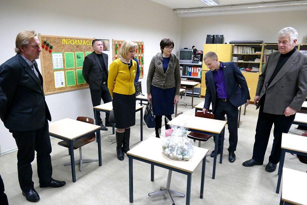 Šilutės Martyno Jankaus pagrindinės mokyklos direktorius Audrius Astasevičius Šilutės rajono savivaldybės tarybos Socialinių reikalų komiteto nariams aprodė atnaujintas klases.