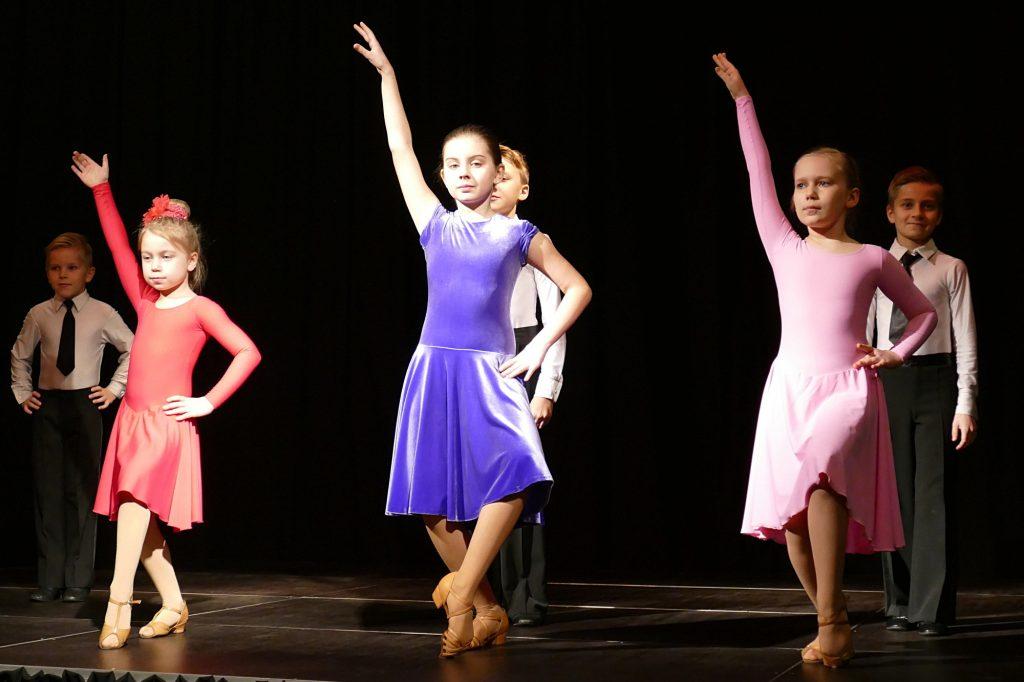 """Padėkos vakaro svečius šokiais linksmino sportinių šokių klubo """"Lūgnė"""" (vadovė Asta Maigienė) šokėjų poros."""