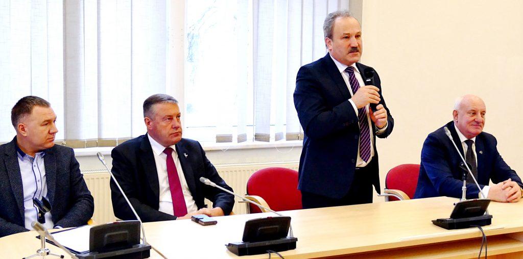 Iš kairės: geriausius šių metų sportininkus pasveikinti atėjo Sporto Tarybos pirmininkas Arūnas Pupšys, administracijos direktoriaus pavaduotojas Virgilijus Pozingis, Savivaldybės meras Vytautas Laurinaitis, administracijos direktorius Sigitas Šeputis.
