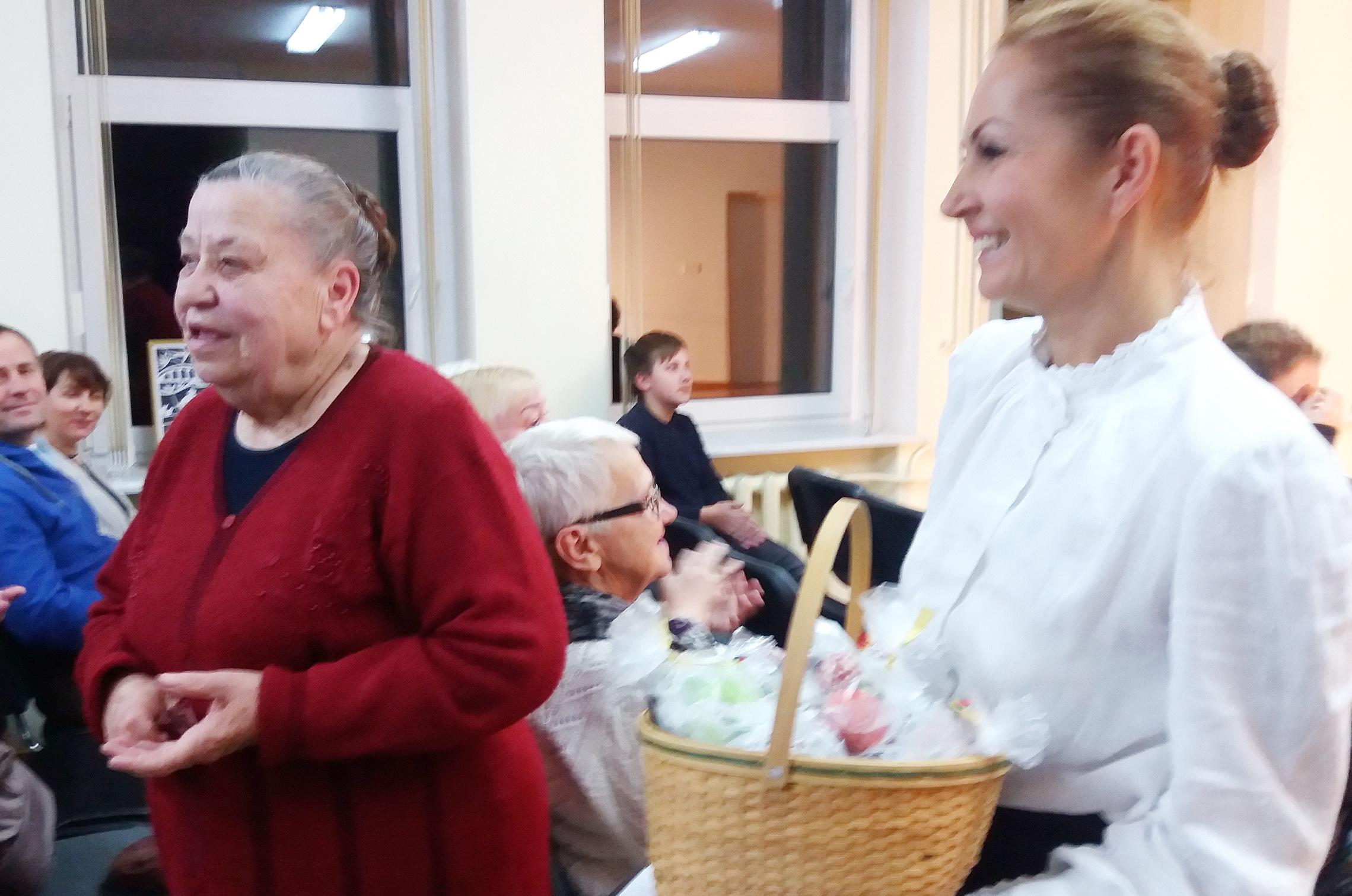 Geriausia Rusnės saldumynų kepėja Danutė Sabeckienė (kairėje) ir Sonata Verbučianskė.