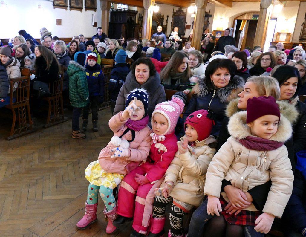"""Tradicinis Šilutės vaikų darželio – lopšelio """"Gintarėlis"""" kūčių rytmetis šiemet pirmą kartą persikėlė į Šilutės švento Kryžiaus bažnyčią."""