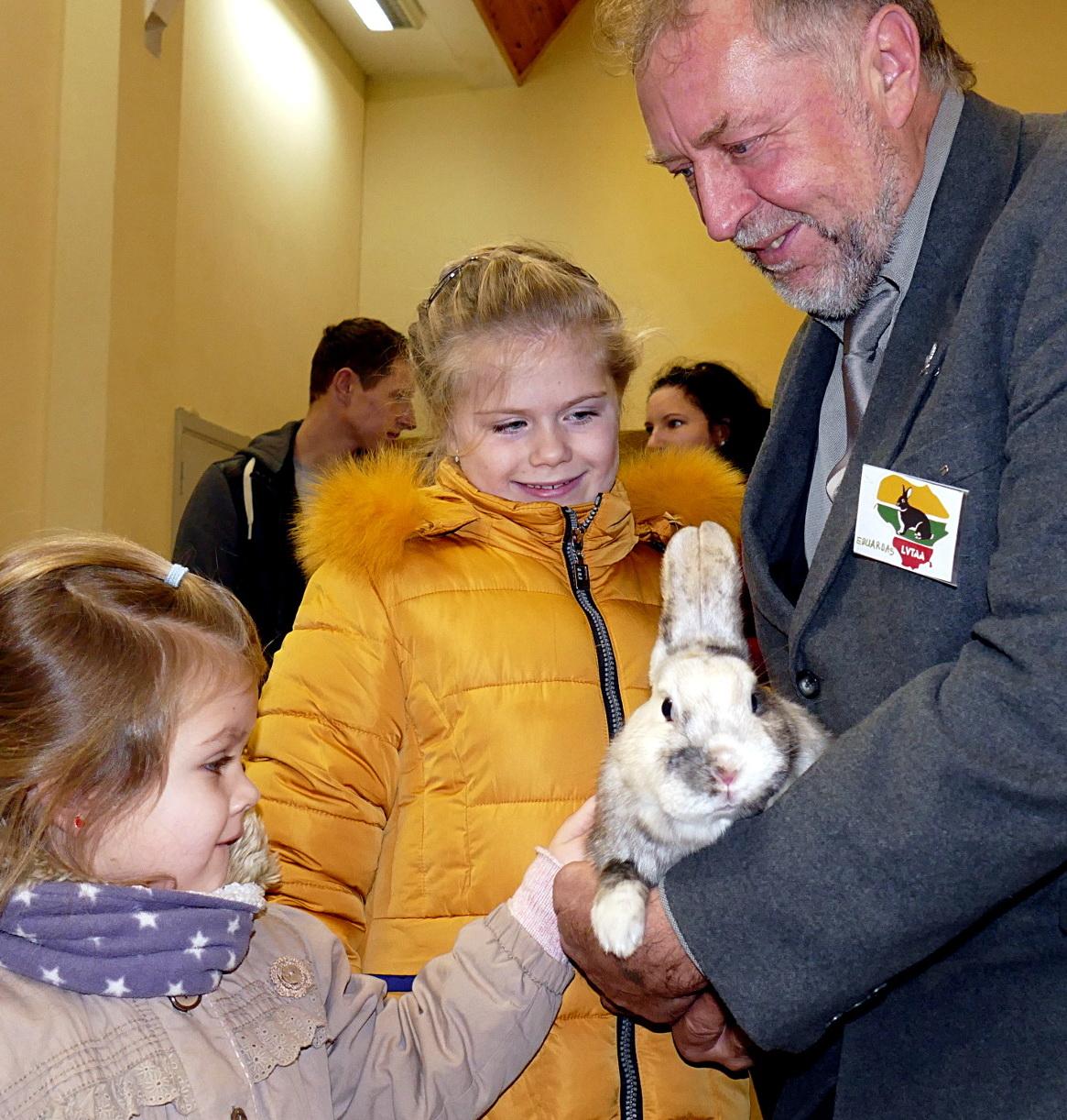 Daugiausiai džiaugsmo švelniakailiai ilgaausiai žvėreliai suteikė vaikams.