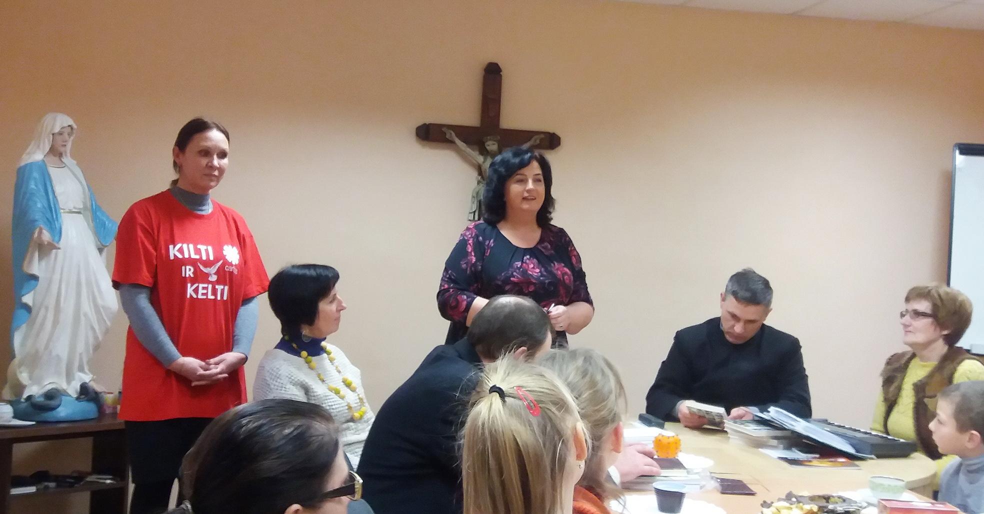 """Vakaro organizatoriai: """"Caritas"""" vadovė Nijolė Stankienė, savanorė Lina Statkuvienė,  dalyvavo parapijos klebonas dekanas Stasys Toleikis."""