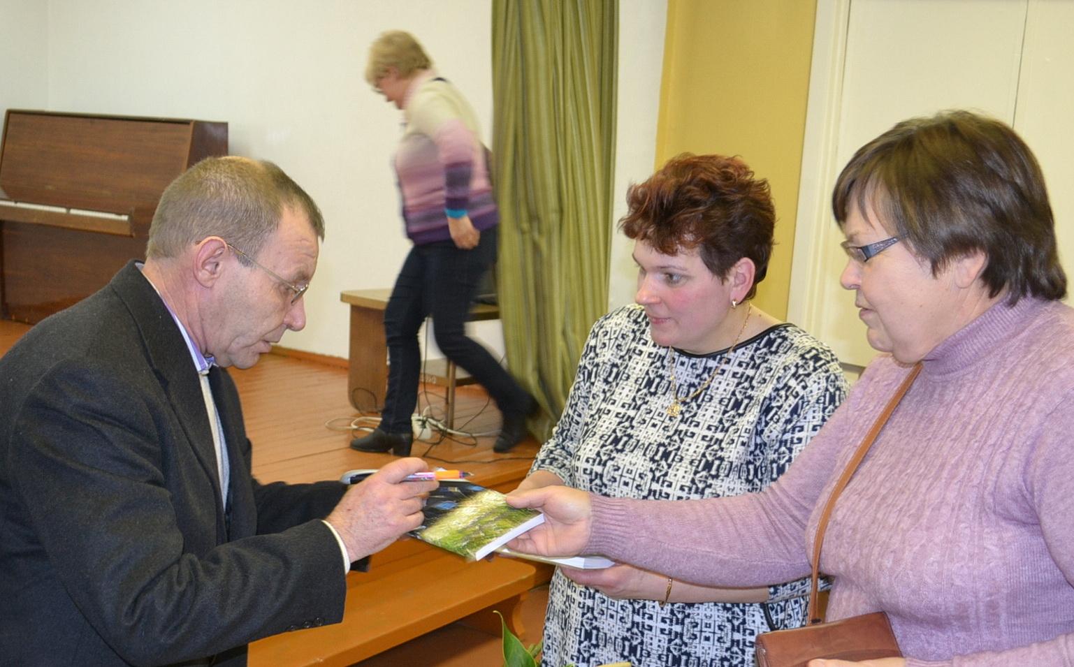 Panorusieji įsigijo A. Šikšniaus knygų su autoriaus dedikacija.