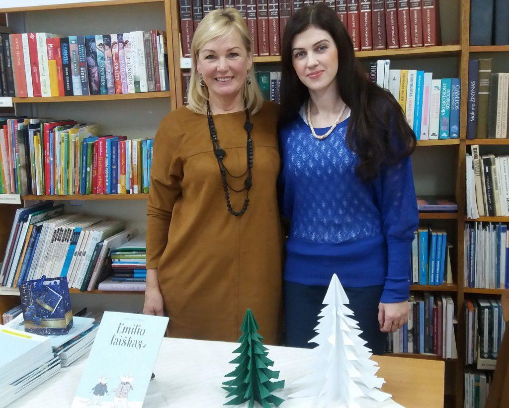 """Ignė Zarambaitė supažindino vaikus su savo knygele """"Emilio laiškas"""". Nuotraukoje ji – su rašinio autore Vida Paldauskiene (kairėje)."""