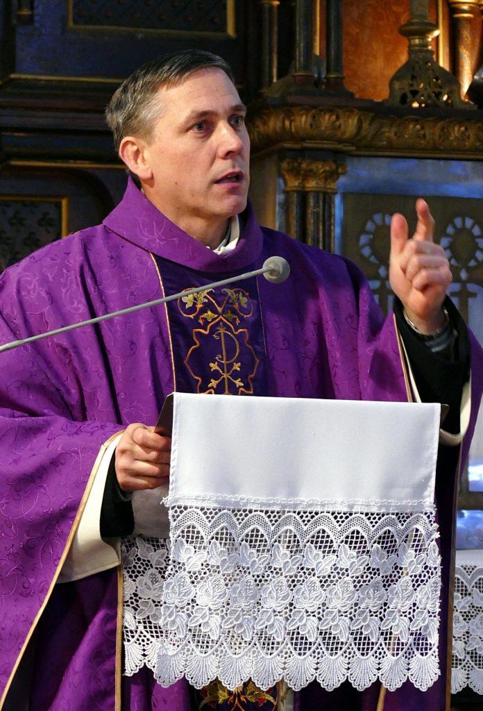 Mišias aukojęs Šilutės švento Kryžiaus parapijos klebonas Stasys Toleikis džiaugėsi sulaukęs mažųjų.
