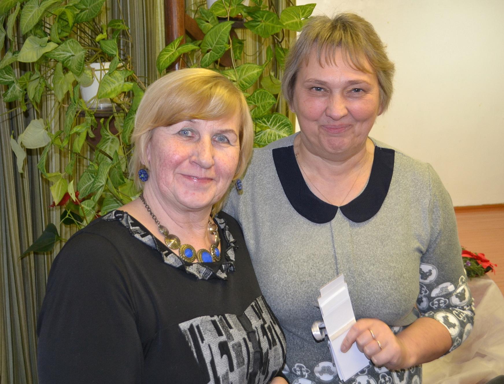 Šio rašinio autorė ir A. Šikšniaus knygos redaktorė B. Morkevičienė su kolege Natkiškių Zosės Petraitienės pagrindinės mokyklos vadove G. Švalkūniene.