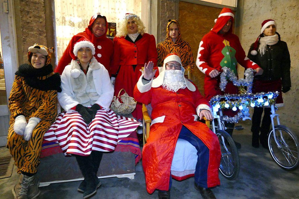 Kalėdų Senelis su savo talkininkais.