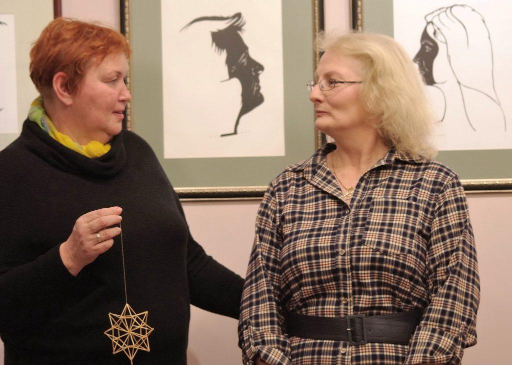 Parodos autorę Birutę Servienę sveikina Savivaldybės Kultūros skyriaus vedėja