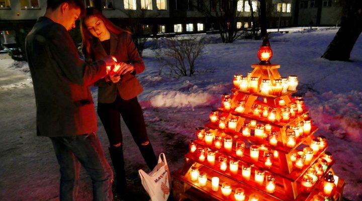 Šilutės pirmojoje gimnazijoje kiekviena klasė atnešė po 8 žvakeles, kurios, sustatytos į piramidę, degė prie įėjimo į mokyklą, kitos žvakutės sužibo gimnazijos languose.