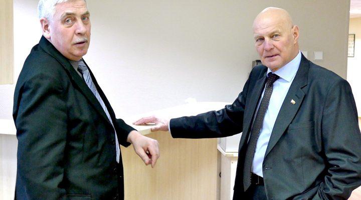 Seimo nario padėjėjas Valentinas Dylertas (kairėje) ir Šilutės rajone išrinktas Lietuvos Respublikos Seimo narys Alfredas Stasys Nausėda surengė pirmąją spaudos konferenciją.