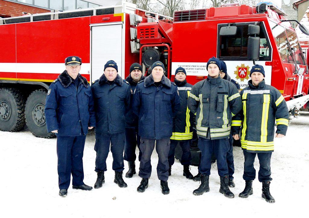 """Šilutės ugniagesiai prie naujosios  autocisternos """"Tatra""""."""
