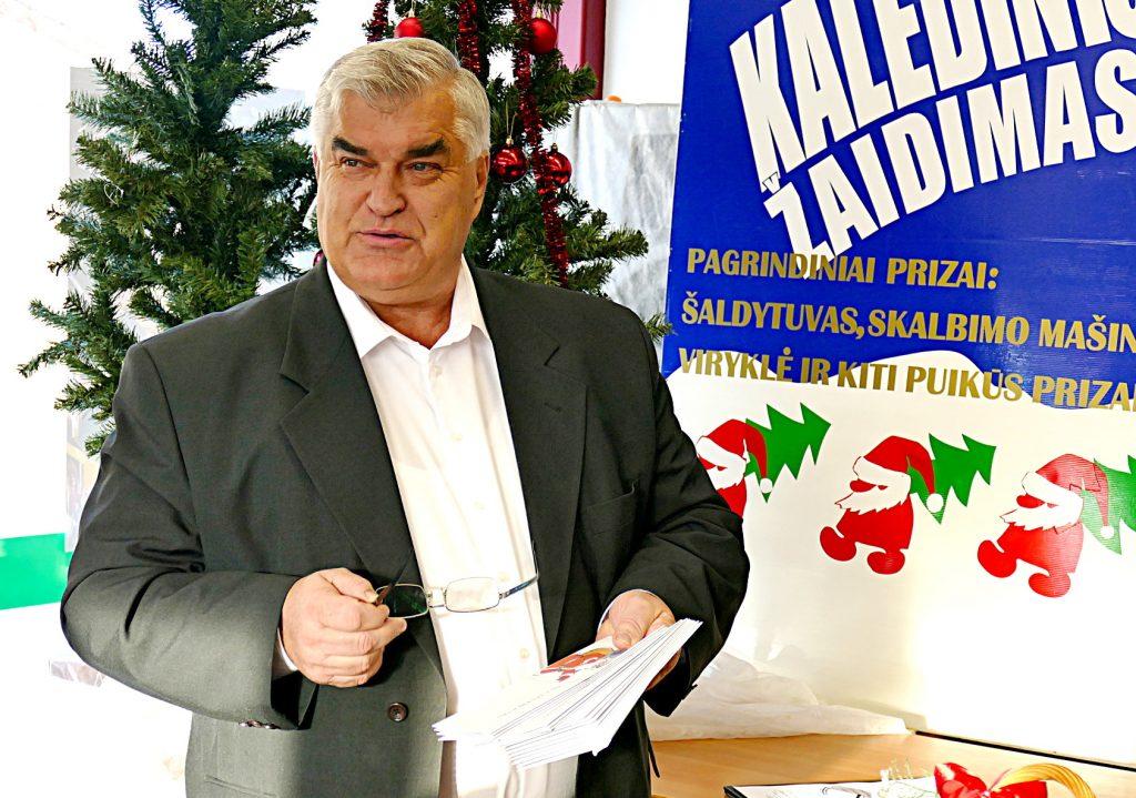 """UAB """"Šilutės prekyba"""" vadovas Egidijus Kuzminskas su malonumu kasmet dalija prizus kalėdinio žaidimo laimėtojams."""