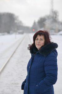 """Ir šiandien Šilutėje tebedirbanti vyresnioji geležinkelio meistrė Sigutė Petkelienė, kalbėdama apie anos sausio 13-osios nakties įvykį, susigraudina: """"Ramybės nedavė mintis: """"O kas augins mano du mažus vaikus, jeigu aš žūsiu..."""" Šilumvežio vairuotojui sakiau važiuoti toliau nuo manęs, kad nenukentėtų, jei kas..."""" Petro Skutulo nuotr."""