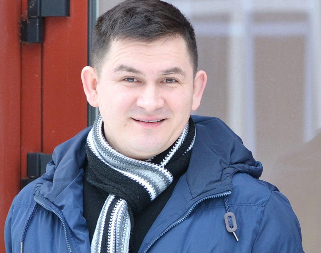 """Kylanti Lietuvos muzikos žvaigždė Valdas Lacko apsilankė """"Pamario"""" laikraščio redakcijoje. Petro Skutulo nuotr."""