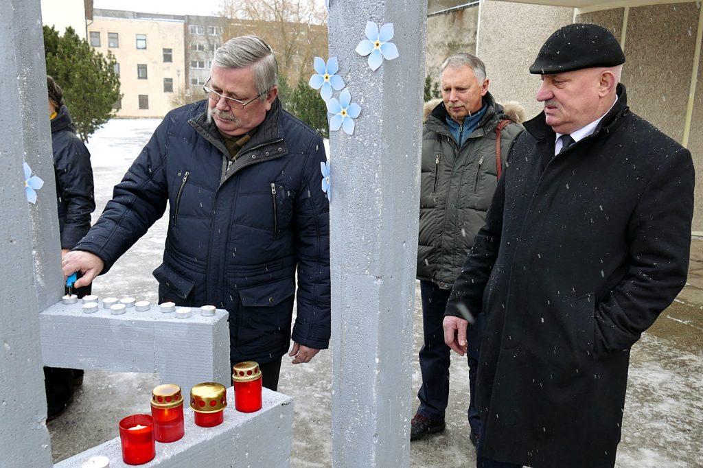 Žvakutes uždegė (iš kairės) Šilutės r. savivaldybės mero pavaduotojas Algis Bekeris, Tarybos narys Saulius Vytuvis ir Administracijos direktorius Sigitas Šeputis.