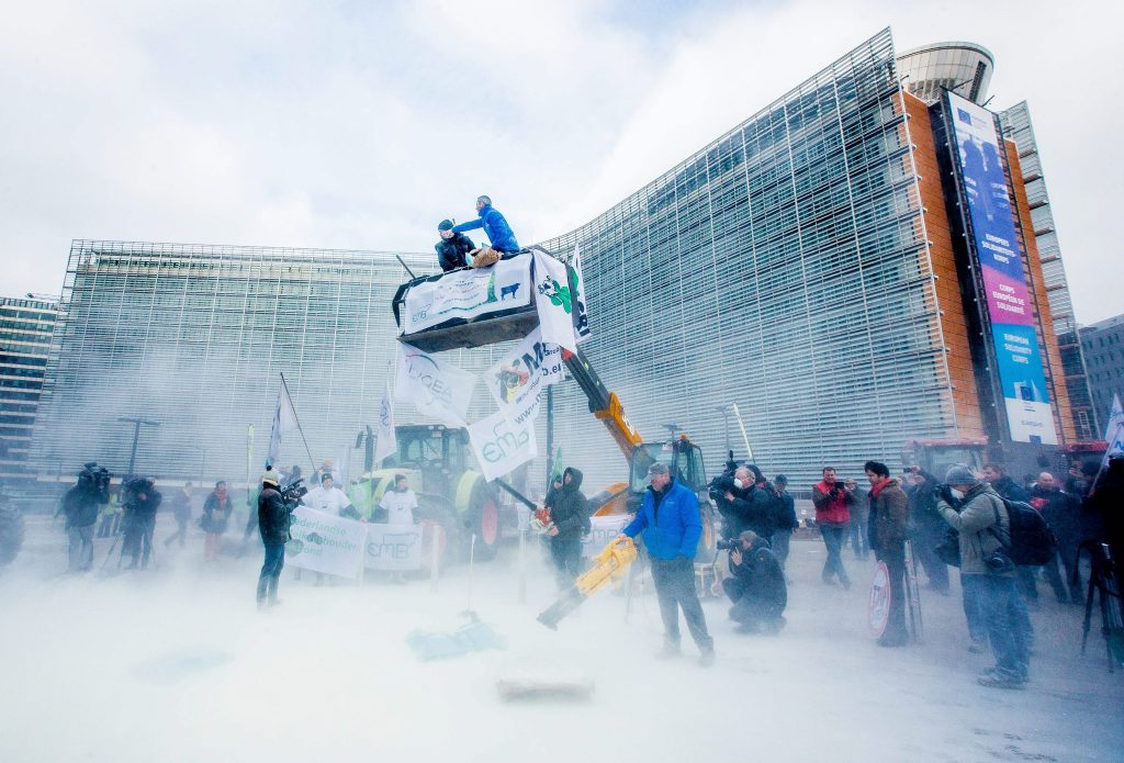 Lietuvos pieno gamintojai Briuselyje barstė pieno miltelius. EPA-ELTA nuotr.