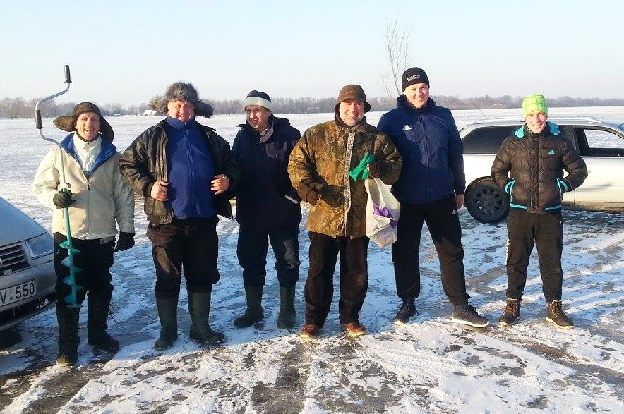 Rusniškiai – ledo kelio atidarymo entuziastai. Rusnės bendruomenės nuotr.