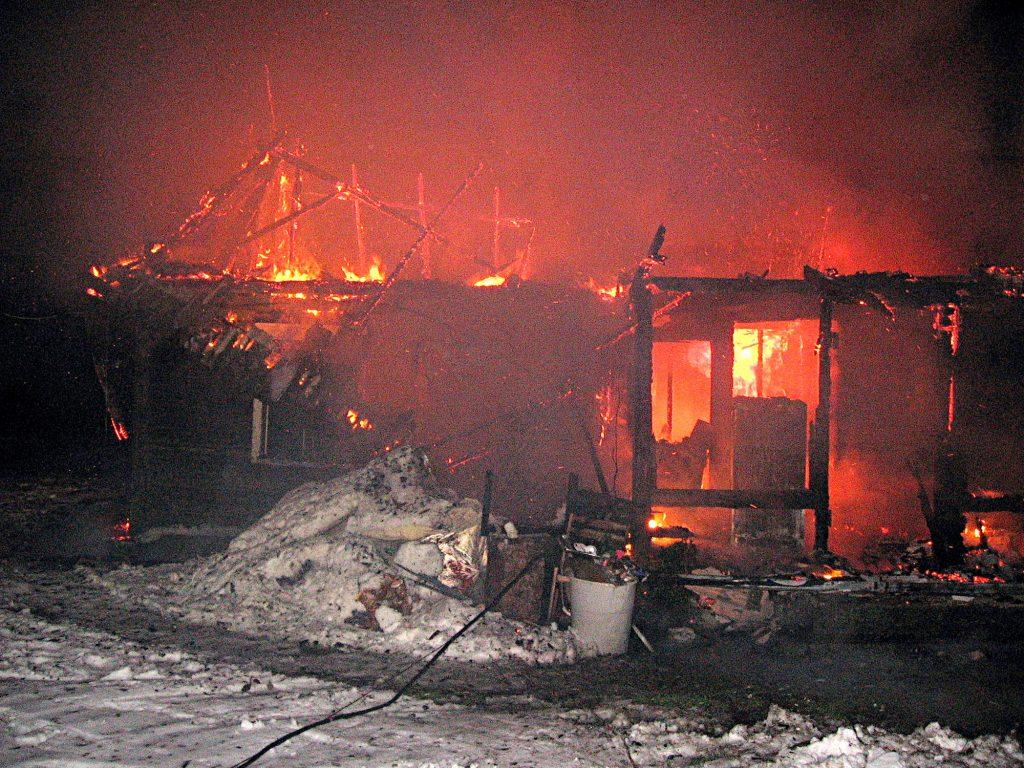 Žemaičių Naumiesčio seniūnijos Sugintų kaime sudegė Zofijai Endriukaitienei priklausantis medinis namas. Šilutės priešgaisrinės gelbėjimo tarnybos nuotr.