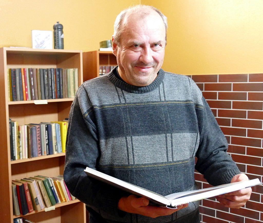 Nuo penkerių skaityti knygas pamėgęs Artūras Kirvelevičius kuria senų knygų supirktuvę.