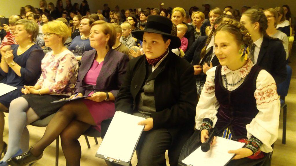 Vakaro vedėjai (iš dešinės) 5 klasės mokinė Goda Vaičekauskaitė ir 8 klasės mokinys Aleksėjus Banackas.