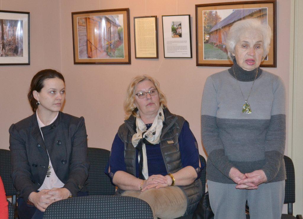 Į parodos atidarymą atvyko svečių iš Smalininkų (dešinėje Lidijos draugė Onutė Burneikienė).