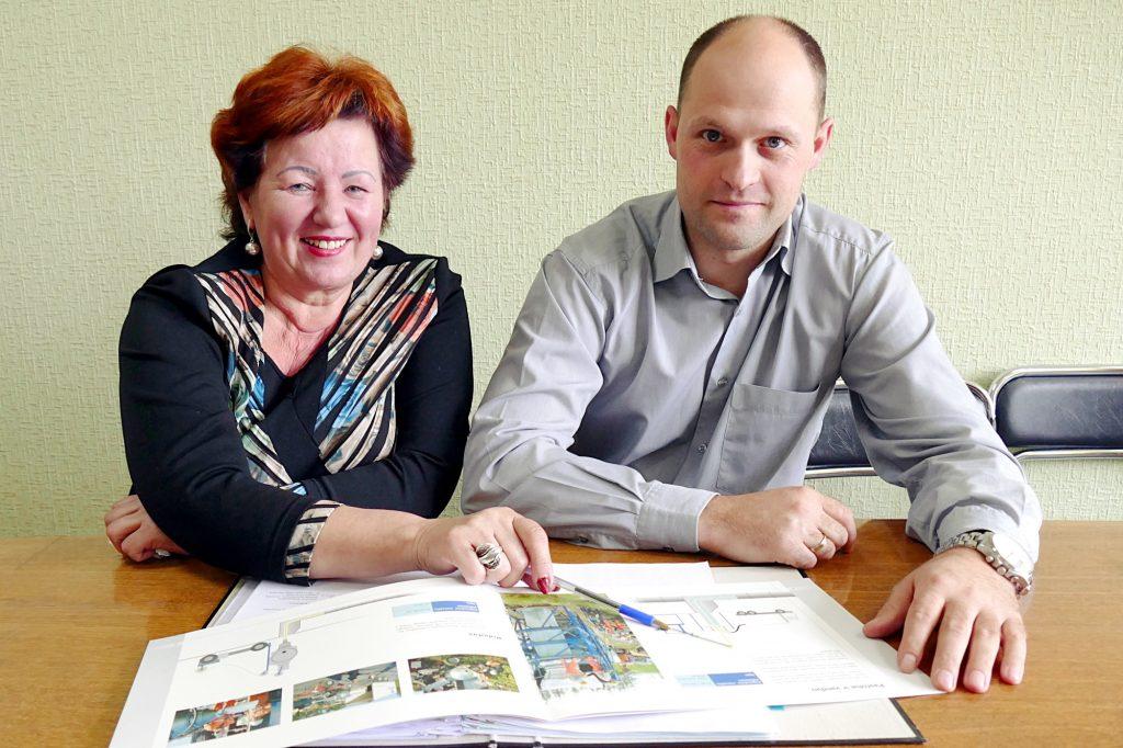 """UAB """"Šilutės vandenys"""" vyriausioji inžinierė Vida Kiaulakienė ir gamybos skyriaus viršininkas Martynas Kainovaitis."""